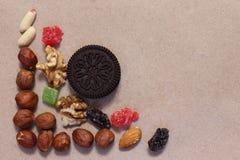 Trockenfrüchte auf ungebleichtem Papier Nachtisch-Mischung lizenzfreies stockbild
