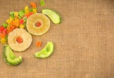 Trockenfrüchte, ausgebreitet in Form eines Lächelns, auf einer Serviette von Stockbild