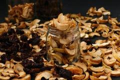 Trockenfrüchte in den Glasgefäßen auf dunklem Hintergrund lizenzfreies stockbild