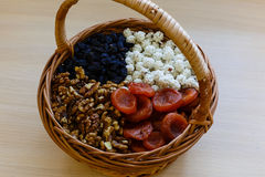 Trockenfrüchte im Strohkorb Stockfotografie