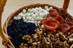 Trockenfrüchte im Strohkorb Lizenzfreies Stockfoto