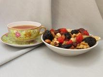 Trockenfrüchte, Nüsse und Tee Lizenzfreie Stockfotografie