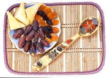 Trockenfrüchte und bunter Löffel Stockfoto
