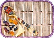 Trockenfrüchte und bunter Löffel Stockbilder