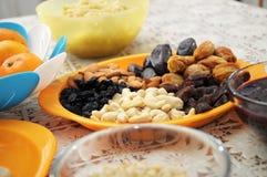 Trockenfrüchte und Nüsse auf Platte Lizenzfreie Stockfotografie