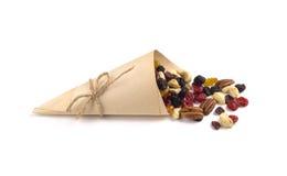 Trockenfrüchte und Nüsse im dreieckigen Papierpaket Stockfoto