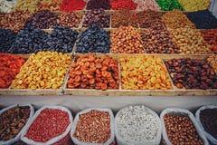 Trockenfrüchte und Nüsse, Kästen mit bunter verschiedener Zusammenstellung von vegetarischen gesunden trockenen Früchten lizenzfreie stockbilder