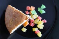 Trockenfrüchte und Scheibe des selbst gemachten kleinen Kuchens stockbilder