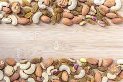 Trockenfrüchte und verschiedenes von den Nüssen auf hölzernem Hintergrund Lizenzfreie Stockbilder