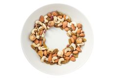 Trockenfrüchte und verschiedenes von den Nüssen im grauen Teller auf weißem backgroun Lizenzfreie Stockbilder
