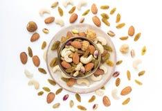 Trockenfrüchte und Vielzahl von Nüssen in einer Schüssel auf dem weißen Tabellenba Lizenzfreies Stockfoto