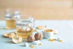 Trockenfrüchtekompott Glasschalen mit einem Getränk von den Trockenfrüchten, Stockfotos