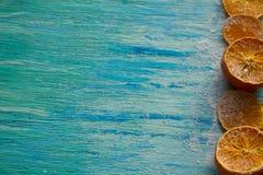 Trockenfrüchteorangen auf einer Draufsicht des alten blauen Hintergrundmodells Nahrung Stockbild
