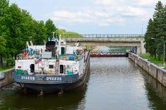 Trockenfrachter in der Schiffsschleuse hydroelektrischer Energie Uglich Lizenzfreie Stockfotografie