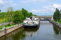 Trockenfrachter Ochakov in der Schiffsschleuse, Uglich, Russland Lizenzfreie Stockfotos