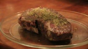Trockenmarinade auf Rindfleisch stock video