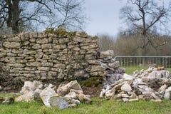 Trockenmauer, die repariert wird Stockbild