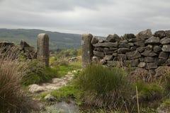Trockenmauer und Torpfosten Stockfotos