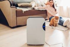 Trockenmittel mit Fingerspitzentablett, Feuchtigkeitsanzeiger, UVlampe, Luft ionizer, Wasserbehälter arbeitet zu Hause feuchtigke stockfotos