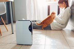 Trockenmittel mit Fingerspitzentablett, Feuchtigkeitsanzeiger, UVlampe, Luft ionizer, Wasserbehälter arbeitet zu Hause Trockner lizenzfreie stockfotos