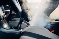 Trockenreinigung des Autoinnenraums mit Dampfreiniger stockbild