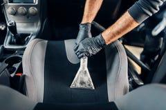 Trockenreinigung des Autoinnenraums mit Staubsauger lizenzfreies stockfoto