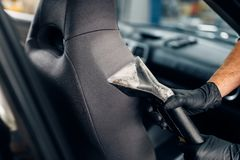Trockenreinigung von Autositzen mit Staubsauger lizenzfreies stockbild