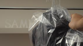 Trockenreinigungs-Waschautomat mit Mann-Hemden auf Aufhänger stock video footage