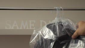Trockenreinigungs-Waschautomat mit Mann-Hemden auf Aufhänger stock video
