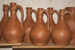 Trocknen des Satzes der neuen Tonwaren für Weinkonzept der traditionellen Kunst stockfotos