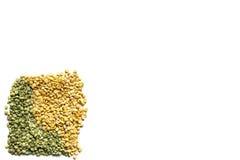 Trocknen Sie aufgeteilten Beschaffenheitshintergrund der grünen und gelben Erbsen ein getrennt worden Stockbild