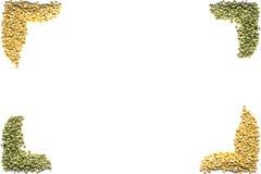 Trocknen Sie aufgeteilten Beschaffenheitshintergrund der grünen und gelben Erbsen Mit Raum f Stockfotos