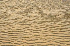 Trocknen Sie den geplätscherten goldenen Sand, der für Hintergründe ideal ist Lizenzfreies Stockfoto