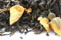Trocknen Sie den schwarzen Tee, der mit den trockenen Blumenknospen gewürzt wird Lizenzfreies Stockbild