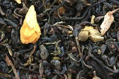 Trocknen Sie den schwarzen Tee, der mit den trockenen Blumenknospen gewürzt wird Lizenzfreie Stockfotos