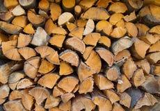 Trocknen Sie die gehackten Brennholzprotokolle, die zum Winter betriebsbereit sind Lizenzfreie Stockbilder