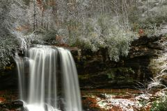 Trocknen Sie Fälle und einen wenigen Schnee im Herbst in Natahalia-staatlichem Wald stockfotos
