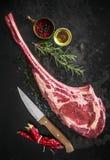 Trocknen Sie gealtertes rohes Kriegsbeilrindfleischsteak Stockfotos