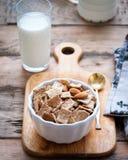 Trocknen Sie gesundes Frühstück mit Nüssen und einem Glas Milch lizenzfreies stockfoto