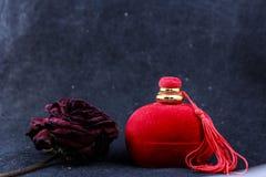 Trocknen Sie Rosafarbenes und Geschenkbox für Ring stockfotos