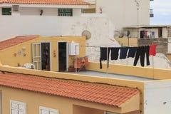 Trocknen von Kleidung außerhalb Teneriffas auf Dach stockfoto