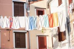 Trocknende Außenseite der Wäscherei in der Stadt Lizenzfreie Stockfotos