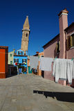 Trocknende Kleidung auf einem Hintergrund von mehrfarbigen Fassaden des i Stockbild