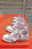 Trocknende Schuhe draußen Lizenzfreies Stockfoto