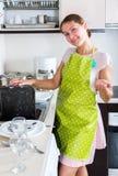 Trocknende Teller der Frau in der Küche Stockfoto