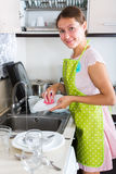 Trocknende Teller der Frau in der Küche Lizenzfreies Stockbild