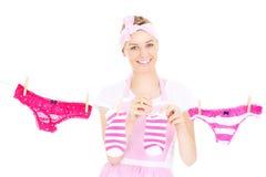 Trocknende Wäscherei der Retro- Frau lizenzfreie stockfotografie