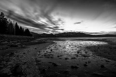 Trocknender Seeboden nach Sonnenuntergang bei Lake Tahoe (Schwarzes u. Weiß) Lizenzfreies Stockfoto