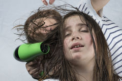 Trocknendes Haar der Mutter zu ihrer Tochter stockbilder