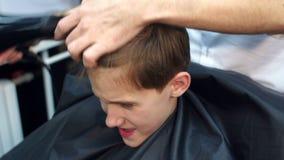 Trocknendes Haar des männlichen Friseurs eines Jungen stock video